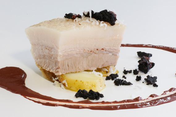 « Morceau de flanc de porc poché, vinaigrette de boudin noir à la noix de coco, crumble de boudin noir ».